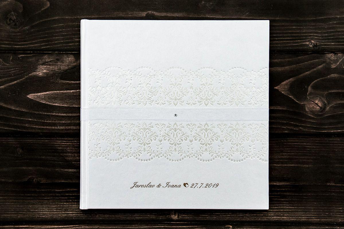 Bílá svatební kniha hostů s gravírovanými jmény