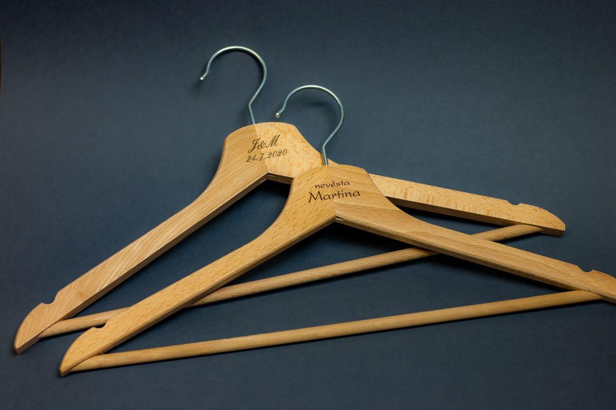 2 dřevěná ramínka na šaty s vlastním textem