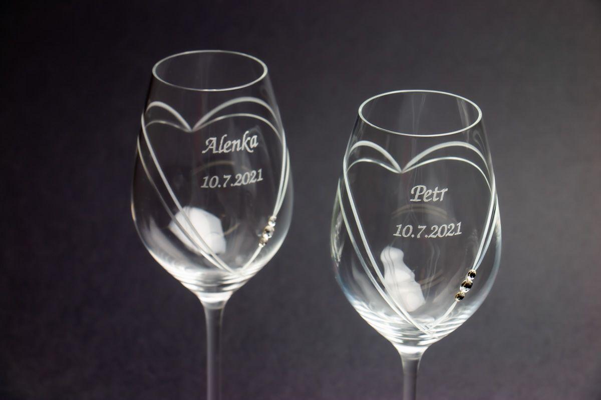 Skleničky na víno s krystaly Swarovski s gravírováním - srdce - 2 ks