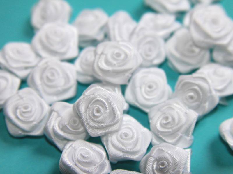 Saténové růžičky bílé