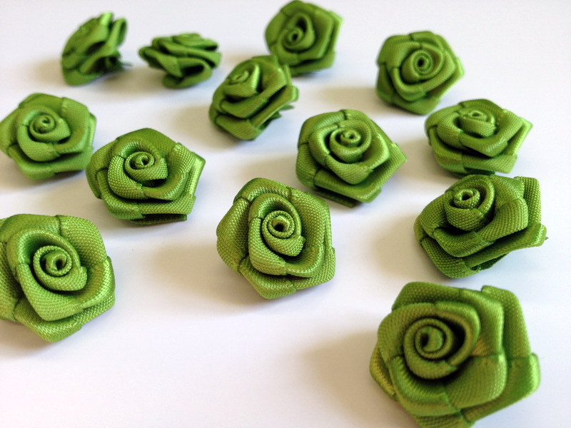 Saténové růžičky zelené