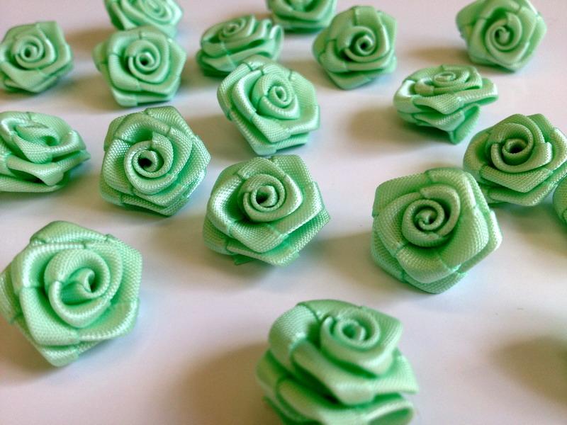Saténové růžičky světle zelené