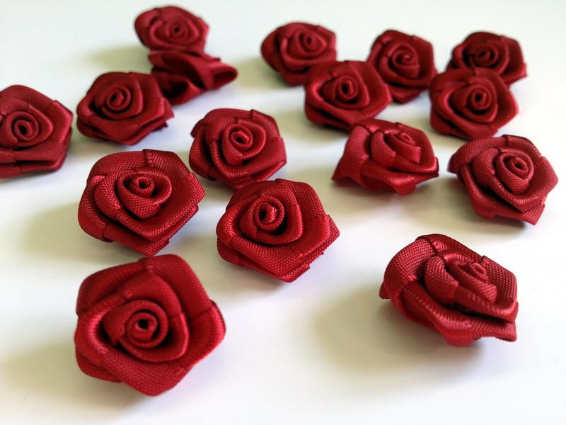 Saténové růžičky bordó