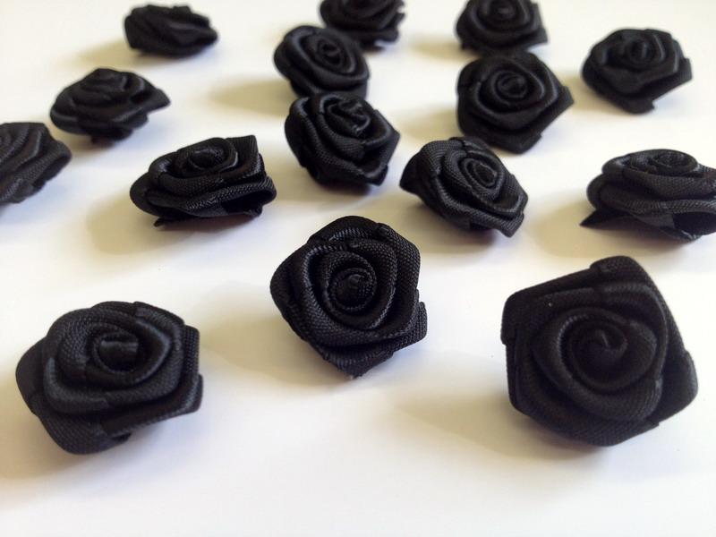 Saténové růžičky černé