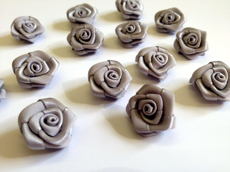 Saténové růžičky šedé