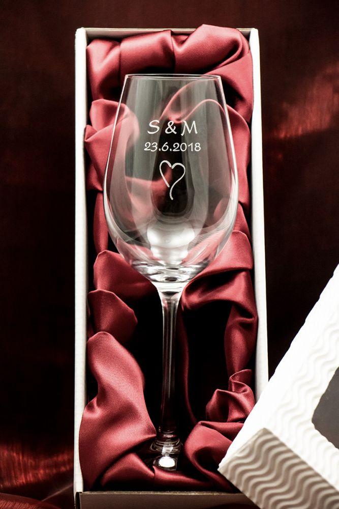 1 svatební sklenička na víno Viola se jmény v dárkové krabičce