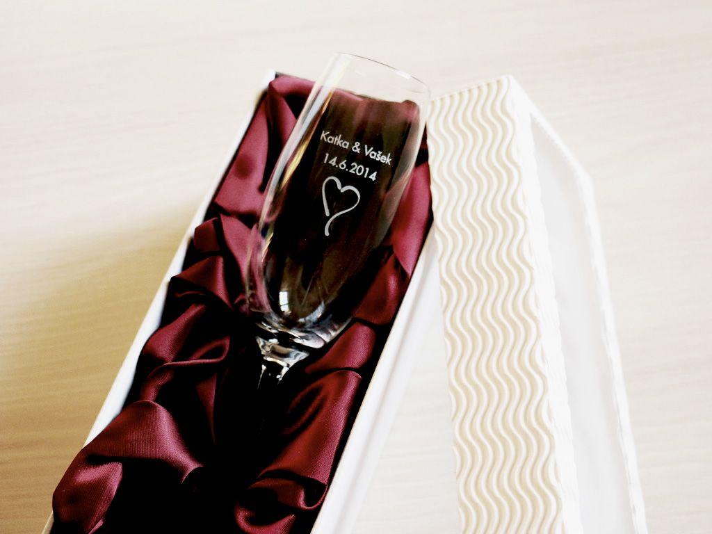 1 svatební sklenička na sekt se jmény v dárkové krabičce