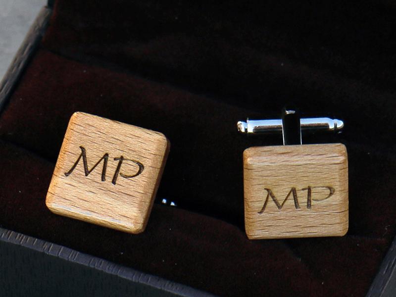 Čtvercové manžetové knoflíčky s monogramem