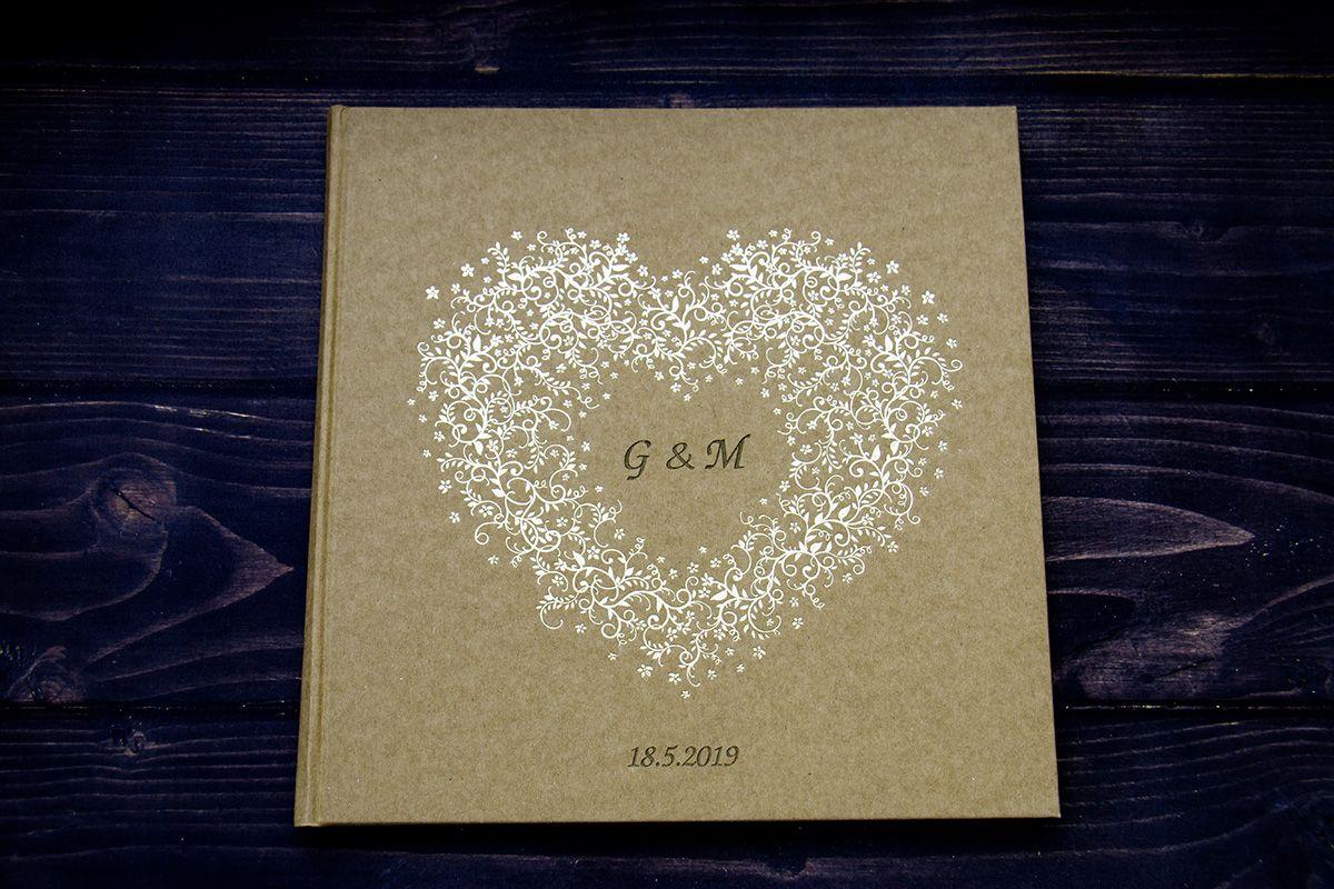 Kniha hostů se zlatým srdcem se jmény