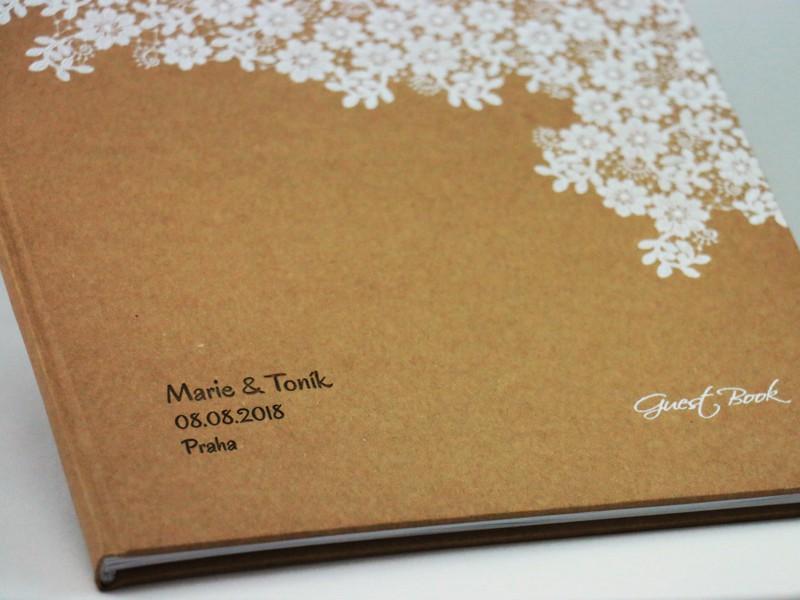 Svatební kniha hostů s květinami se jmény
