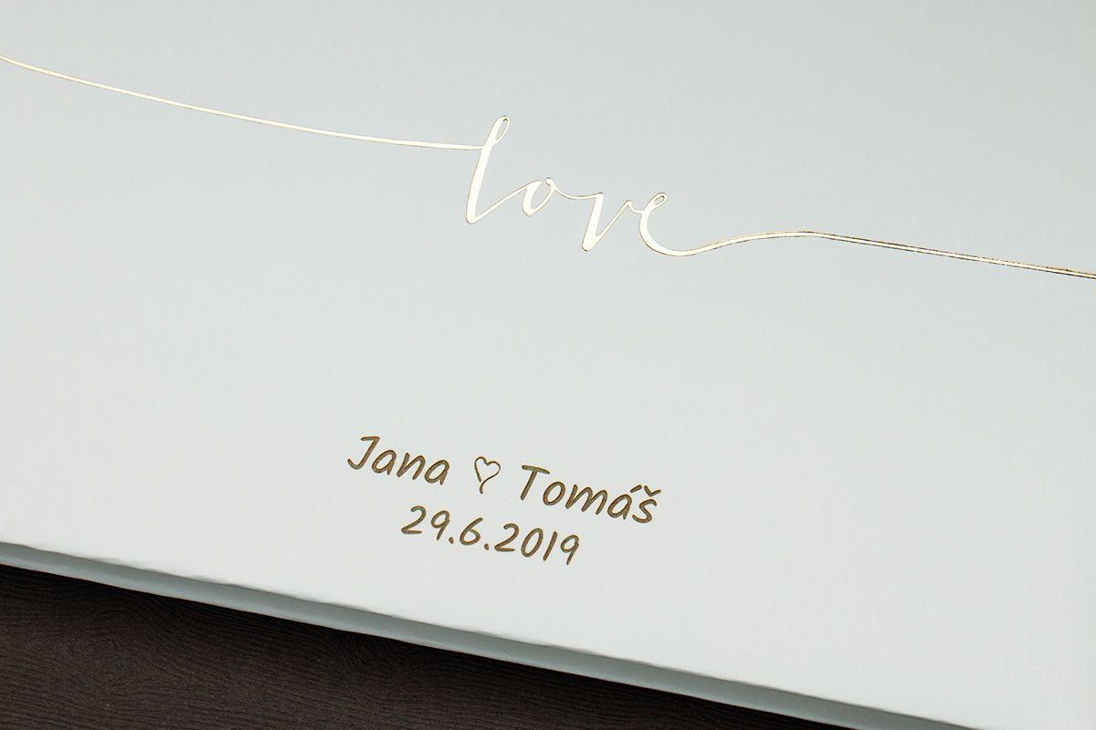 Kniha hostů se zlatým Love a se jmény