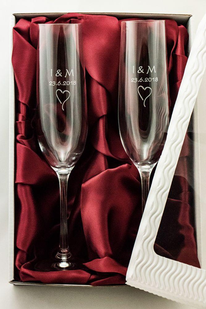 2 svatební skleničky na sekt se jmény v dárkové krabičce