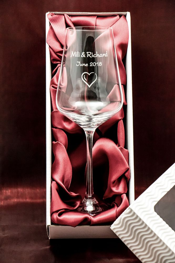 1 svatební sklenička na víno Sandra se jmény v dárkové krabičce