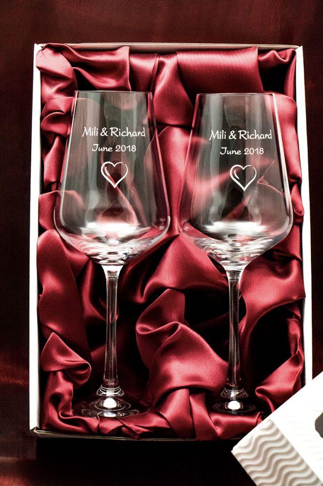 2 svatební skleničky na víno Sandra se jmény v dárkové krabičce